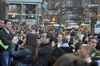 Black_Friday_en_el_Apple_Store_on_Fifth_Avenue_New_York_City_2011.jpg